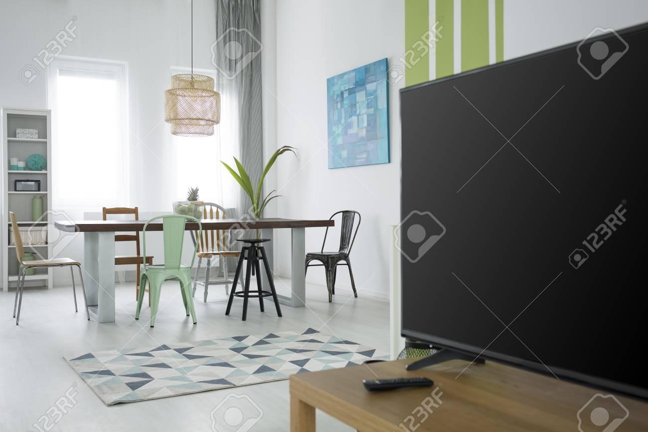 Piso multifuncional con mesa de comedor, tv, lámpara y alfombra
