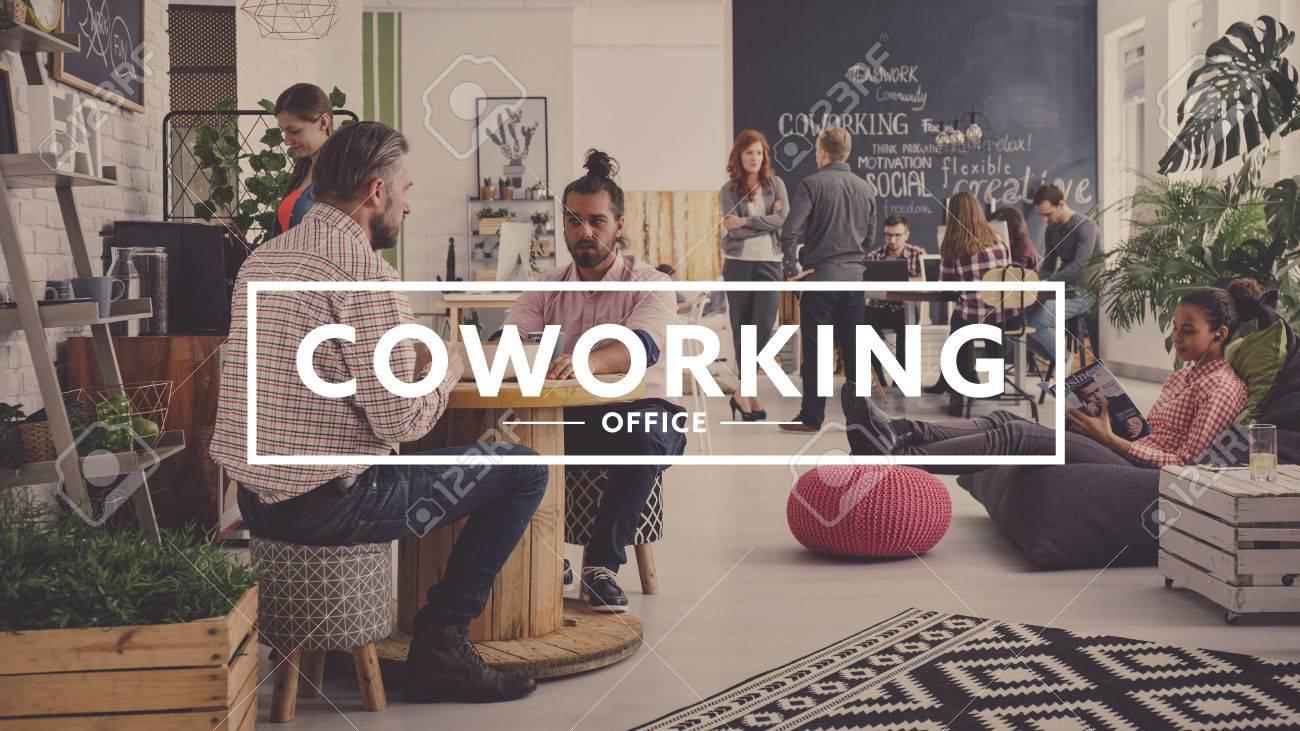 Les travailleurs d'une agence moderne ayant un bureau de pause, de coworking Banque d'images - 75718120