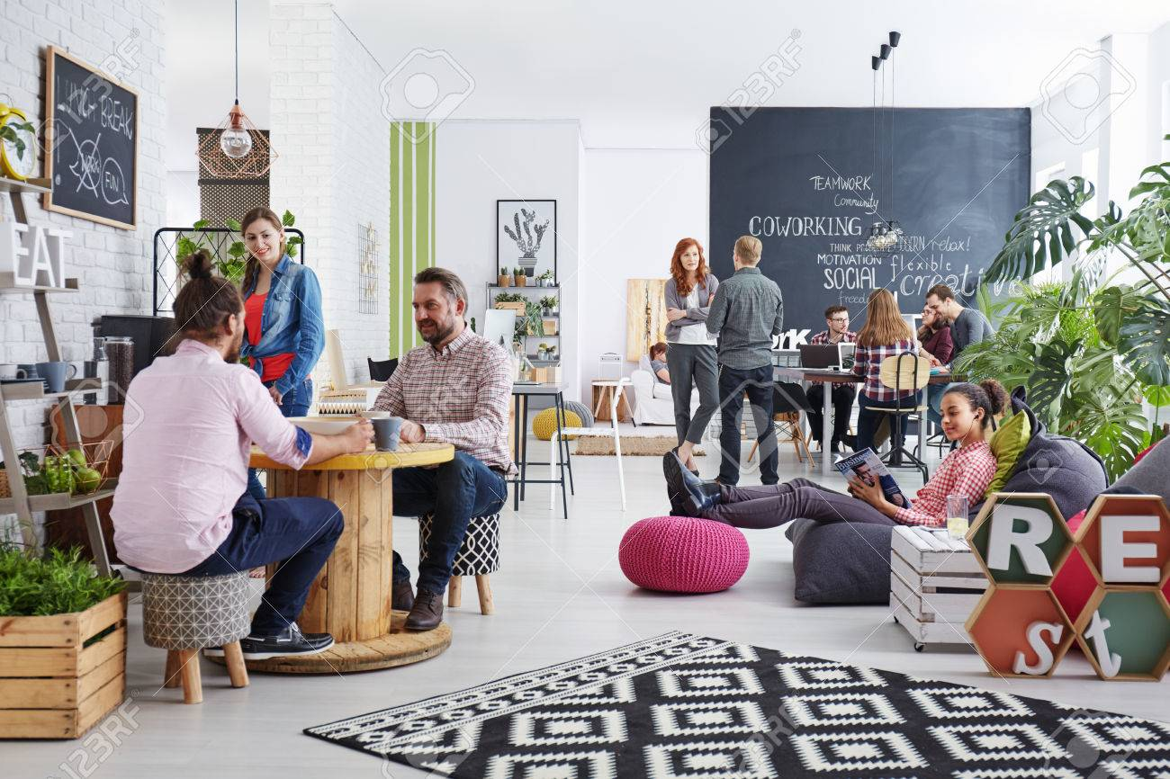 People working in modern agency relaxing during lunch break Banque d'images - 75718127