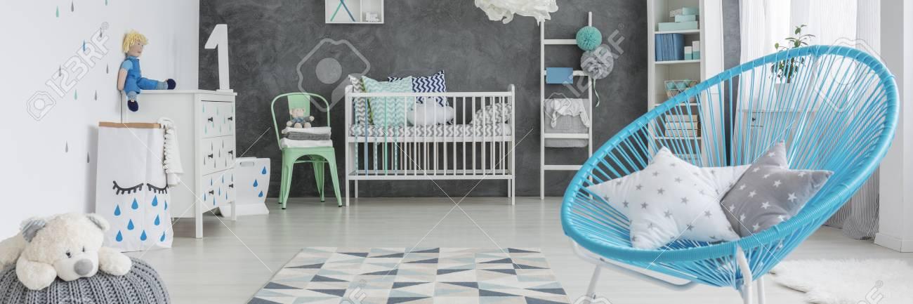 Additions bleues dans la chambre blanche et grise pour bébé