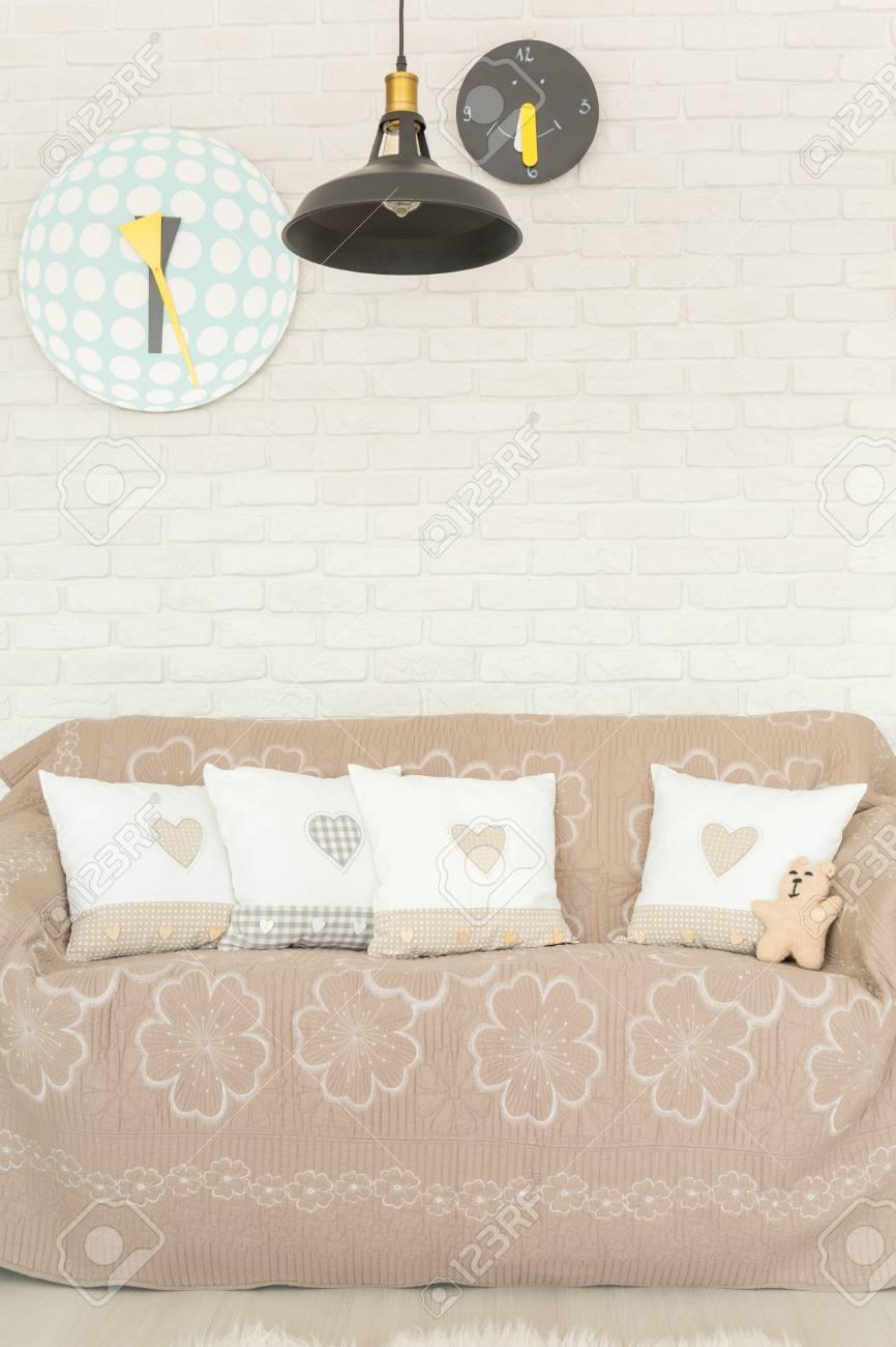infantil con sofápared lámpara ladrilloreloj blanca de Habitación y OuPZiXkT