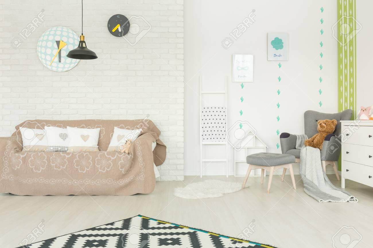 Chambre D\'enfant Moderne Avec Mur De Briques Blanches, Canapé ...