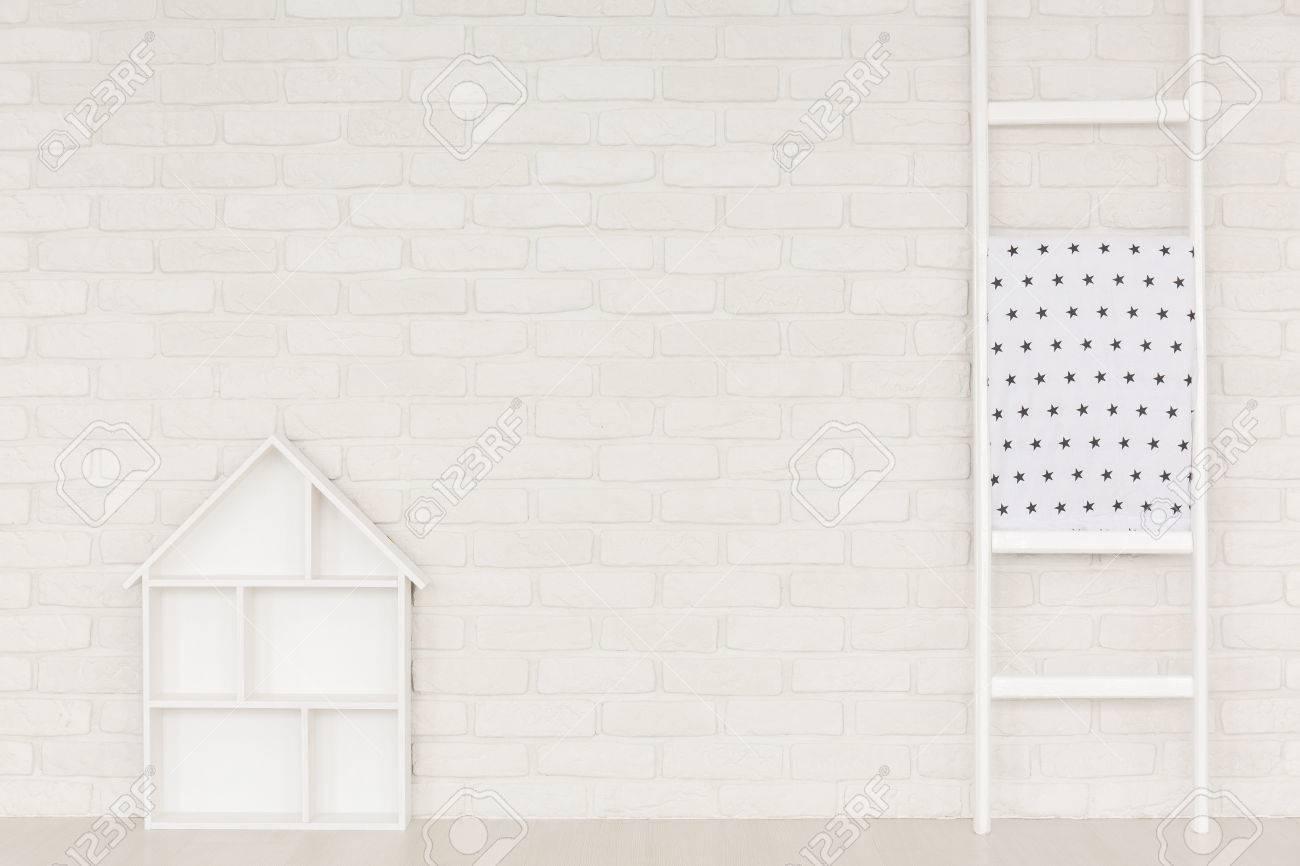 Etagere Sur Mur En Brique intérieur de maison blanche avec mur de briques, échelle et étagère de la  maison