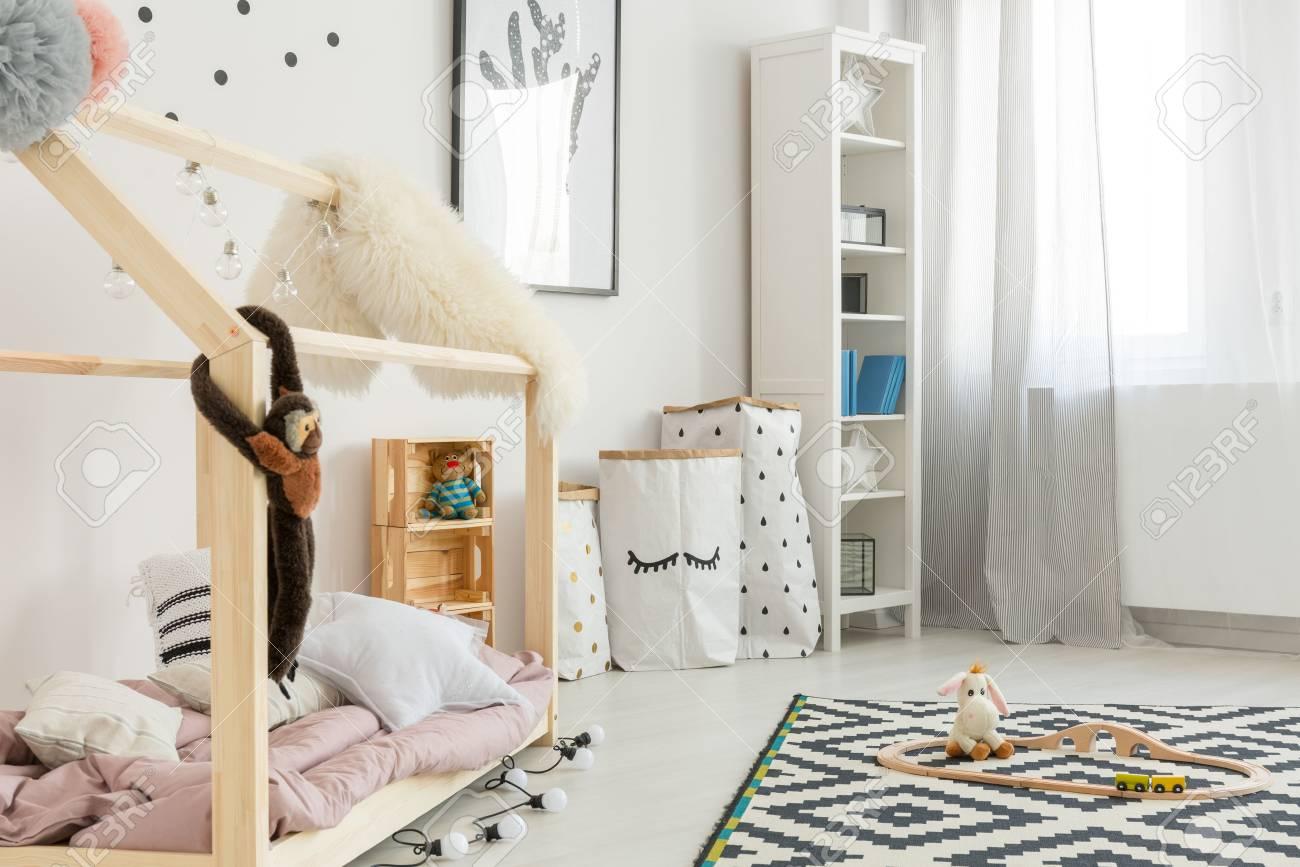 Kinderzimmer Schwarz Weiß | Modernes Schwarz Weiss Kinderzimmer Mit Bucherregal Und Bett