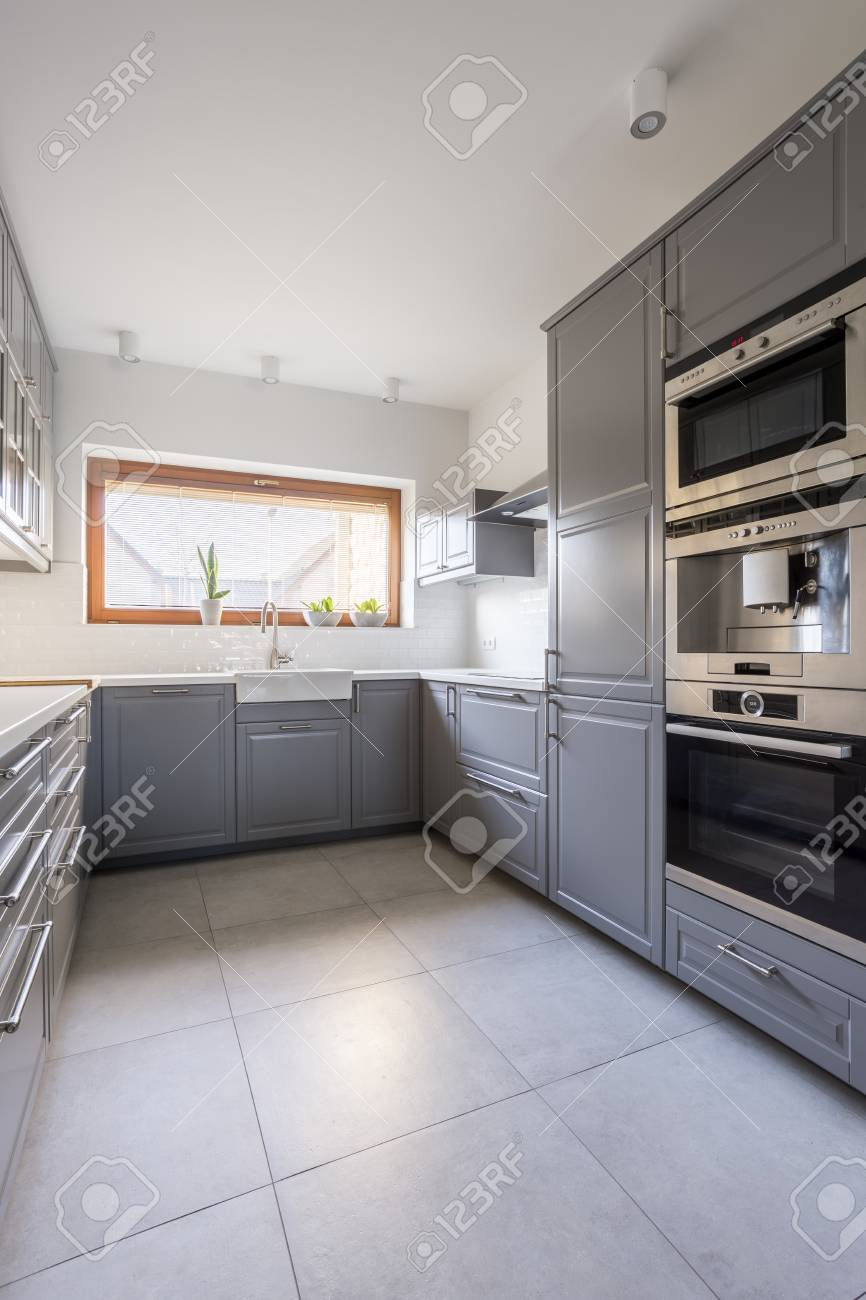 Cocina moderna y cómoda con muebles grises