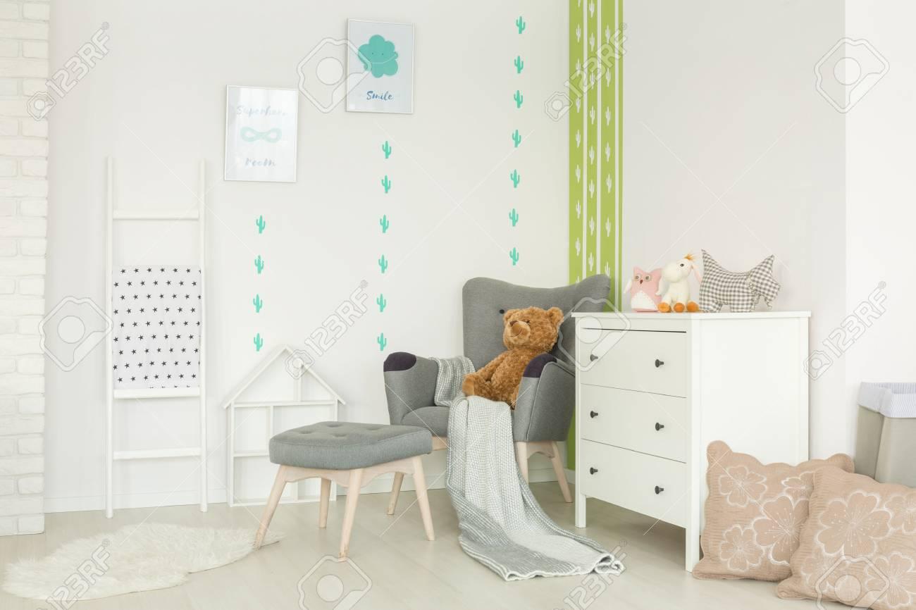 Weisses Kinderzimmer Mit Kaktus Wanddekor Sessel Und Kommode