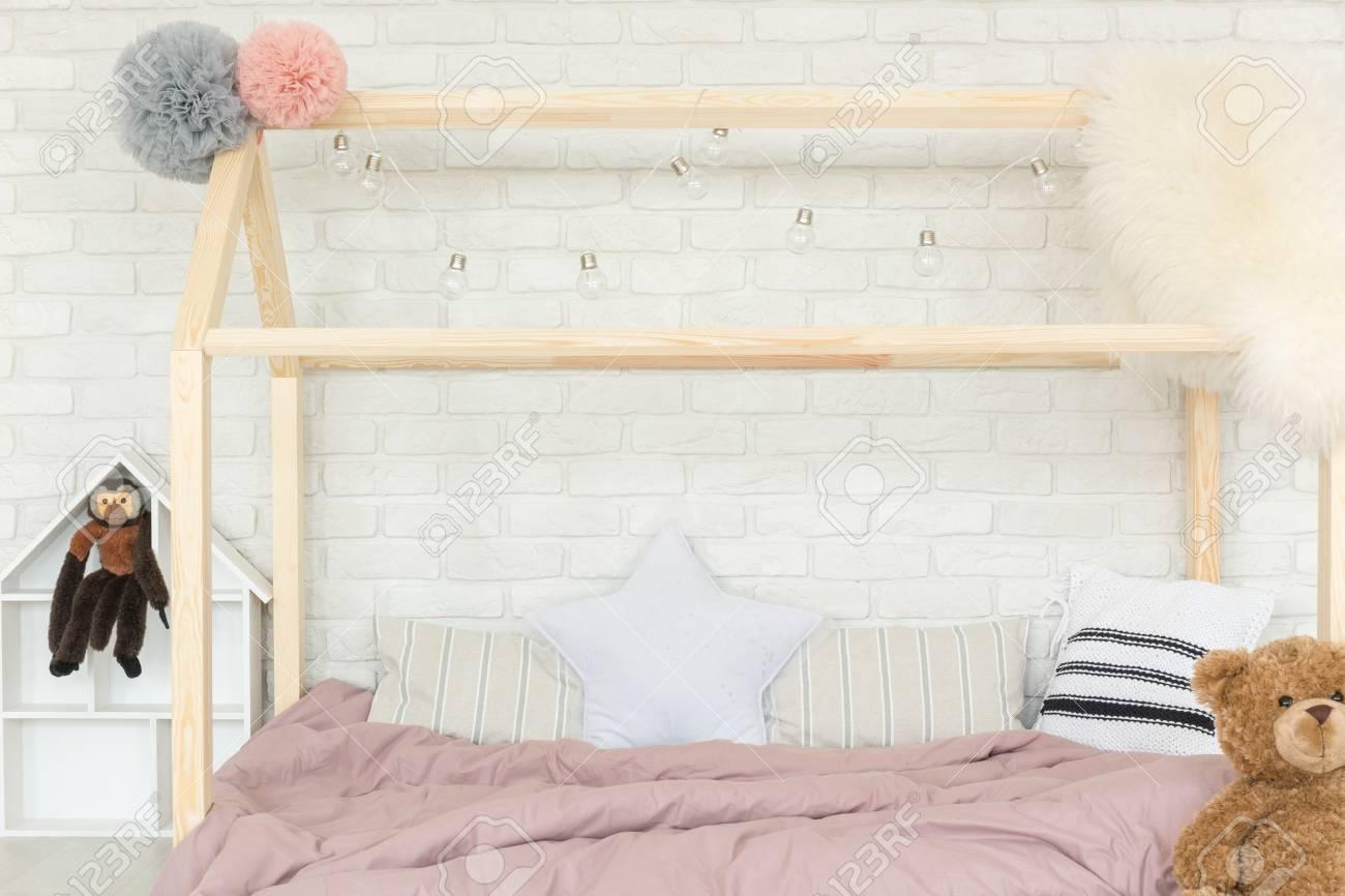 Weißes Schlafzimmer Mit Skandinavischen Stil Haus Bett Und Mauer ...