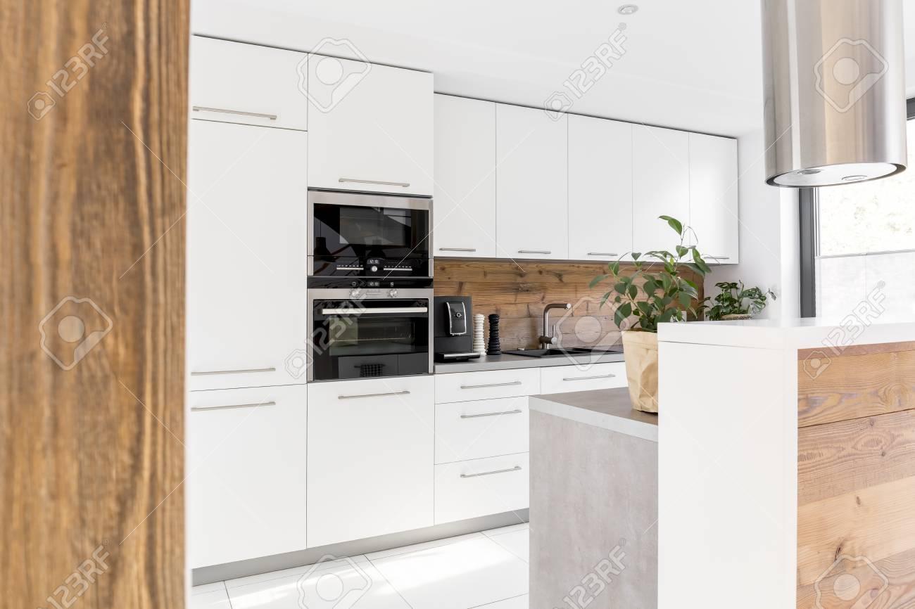 Moderne Weiße Küche Mit Insel Und Weißen Möbeln Standard Bild   76347566