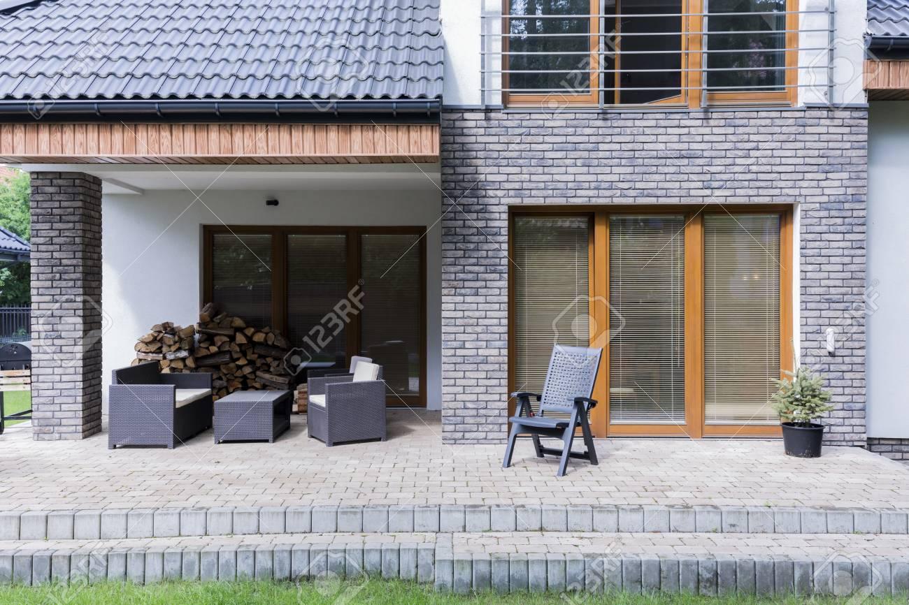Gepflasterte Terrasse Hinter Dem Modernen Haus Mit Einer Reihe Von
