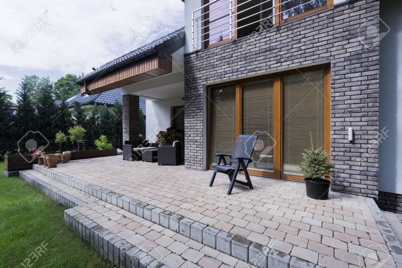 Banque Du0027images   Petite Terrasse En Béton Avec Meubles Dans Une Maison  Moderne Avec Ascenseur En Brique