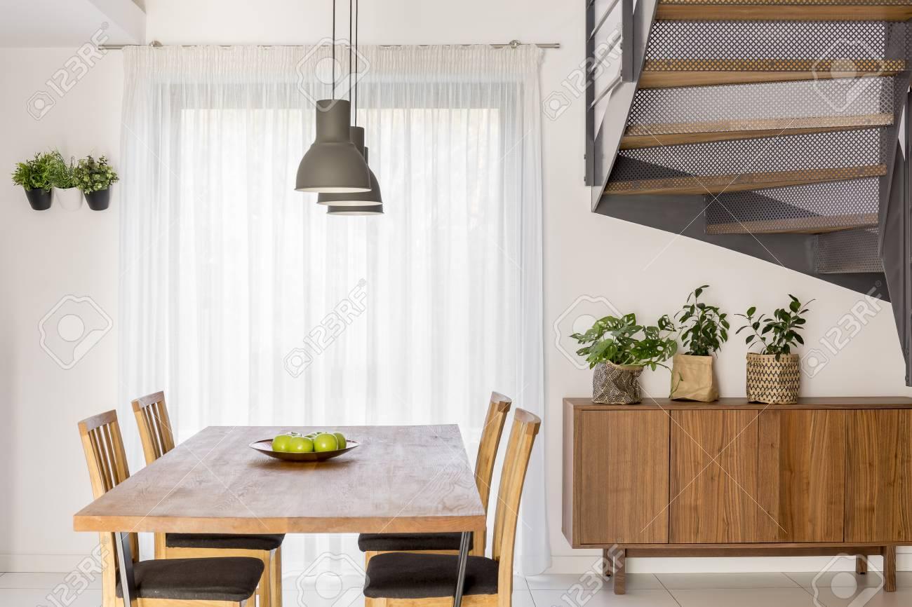 Salle A Manger Avec Table Lampe Commode Et Escaliers Communs
