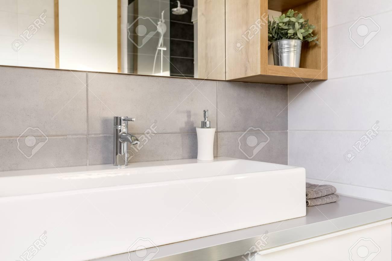 Salle de bain gris et blanc avec vasque et miroir