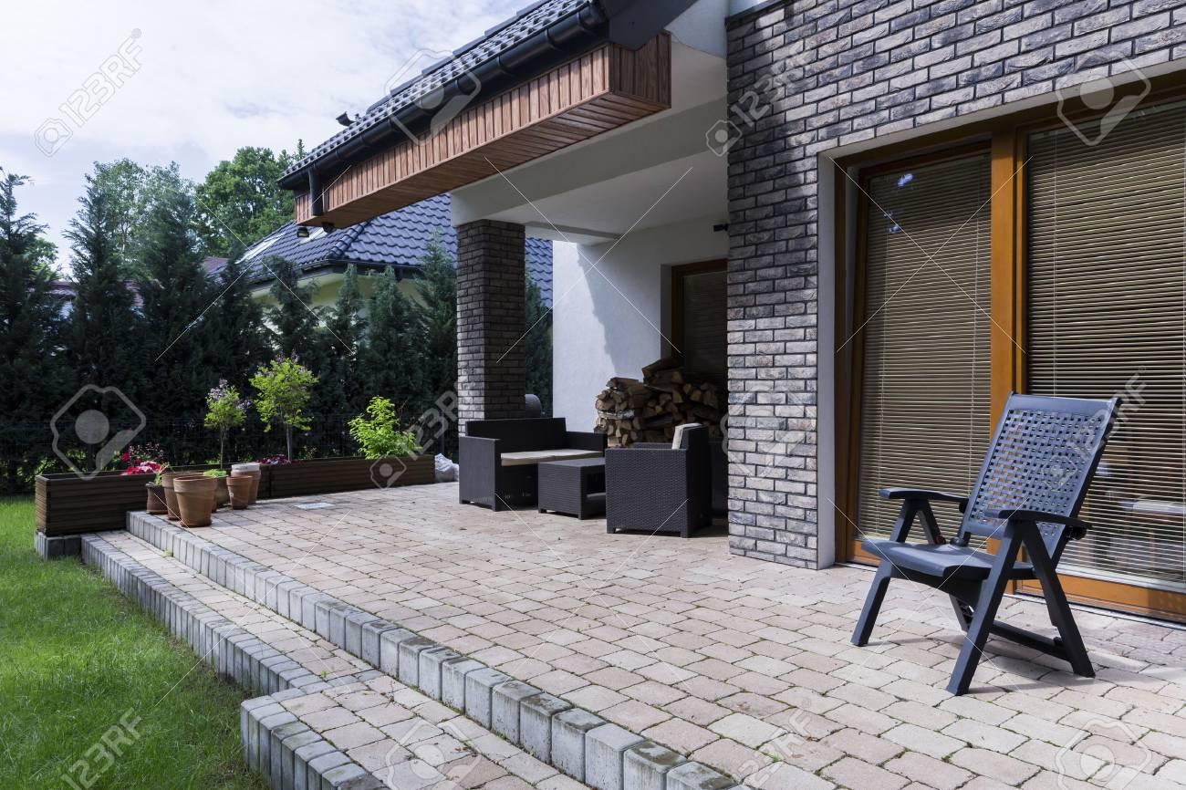 Terrasse Ouverte Pres De La Maison Avec Entree Chaises Et Table