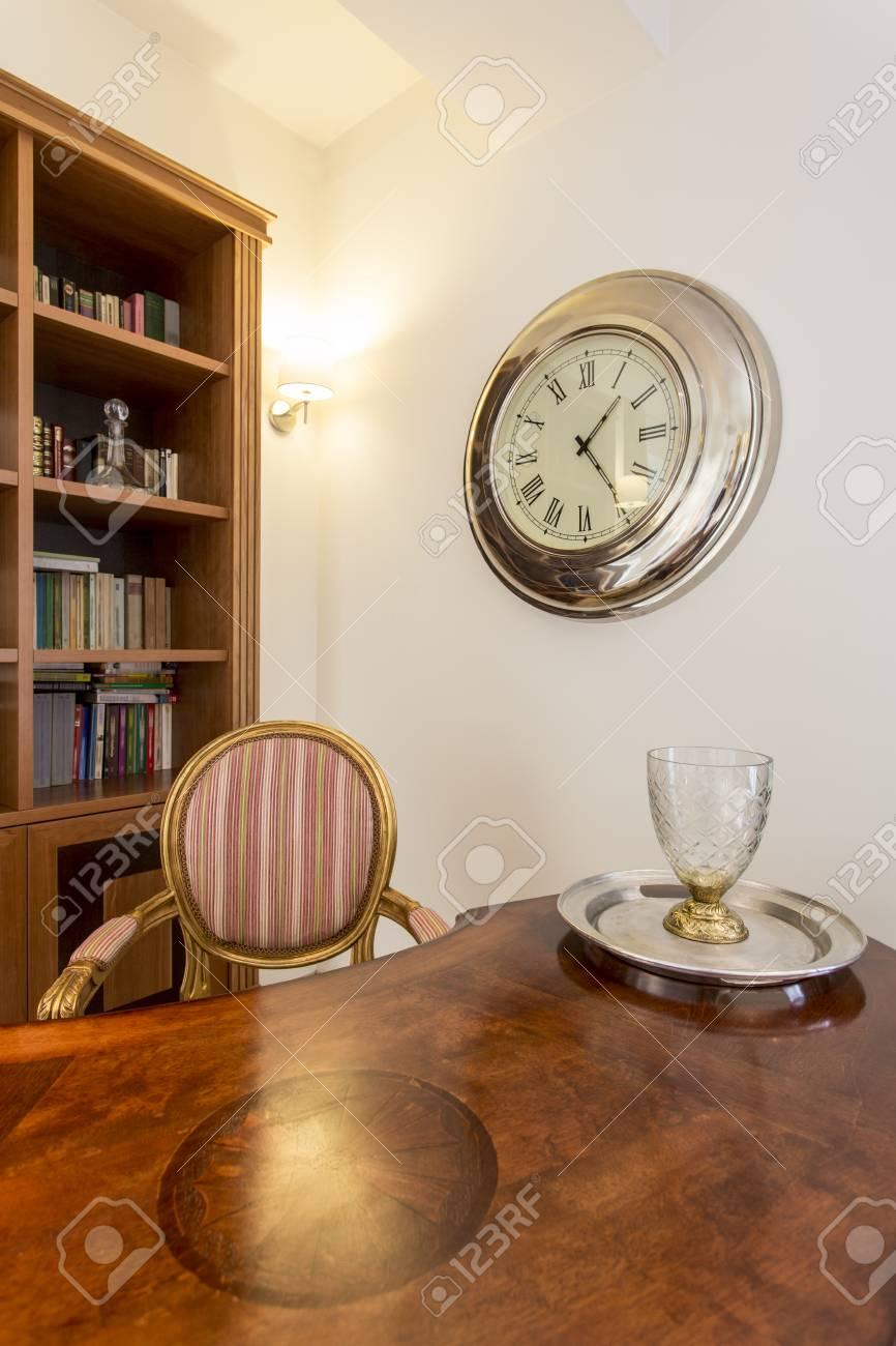 Closeup Shot D\'un Bureau Vintage En Bois Dans Un Intérieur De Bureau ...