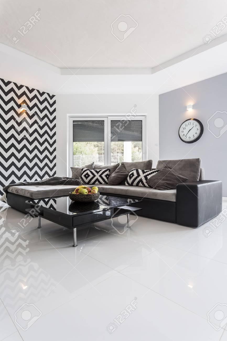 Salon Moderne Avec Carrelage Blanc Poli Et Mur Rayé Banque D\'Images ...