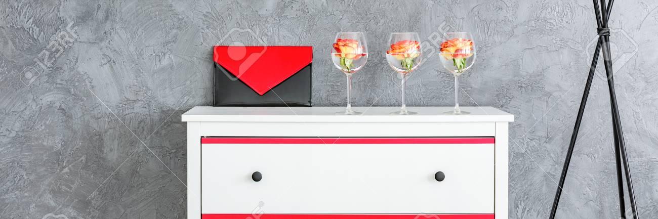 Handtasche Und Rosen In Den Weinglasern Auf Der Weissen Kommode Die