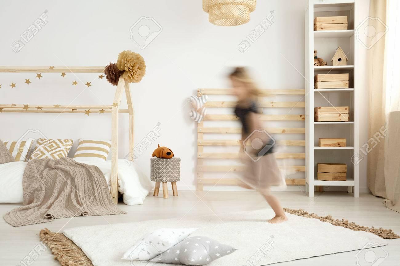 Mädchen Läuft In Einem Skandinavischen Stil Schlafzimmer Lizenzfreie ...