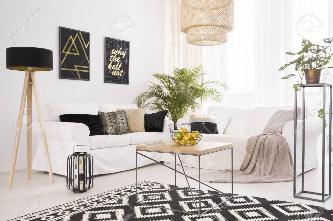Standard Bild   Weißes Modernes Wohnzimmer Mit Schwarzen Dekorationen Und  Gemustertem Teppich