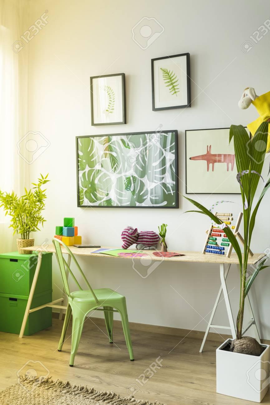 long bureau dans la chambre d'enfant moderne décoré avec des