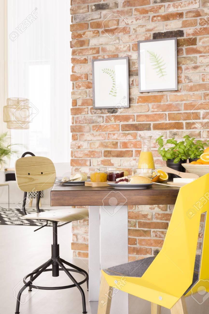 Gut Holztisch Und Designer Stühle Im Modernen Speisesaal Standard Bild    77005910