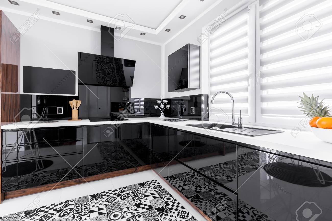 Cucina Bianca E Nera unità luminose nere in cucina moderna bianca con tappeto modellato