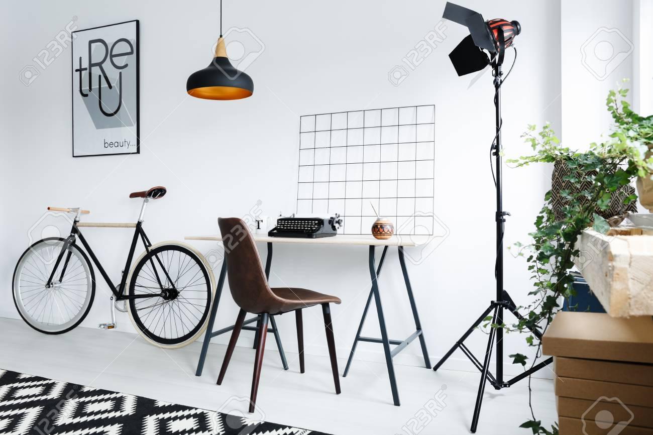 Espace de travail à la maison moderne avec lampe chaise bureau