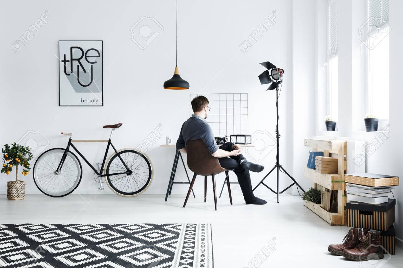 Hervorragend Weiße Wohnung Mit Schreibtisch, Stuhl, Fahrrad, Muster Teppich ME67