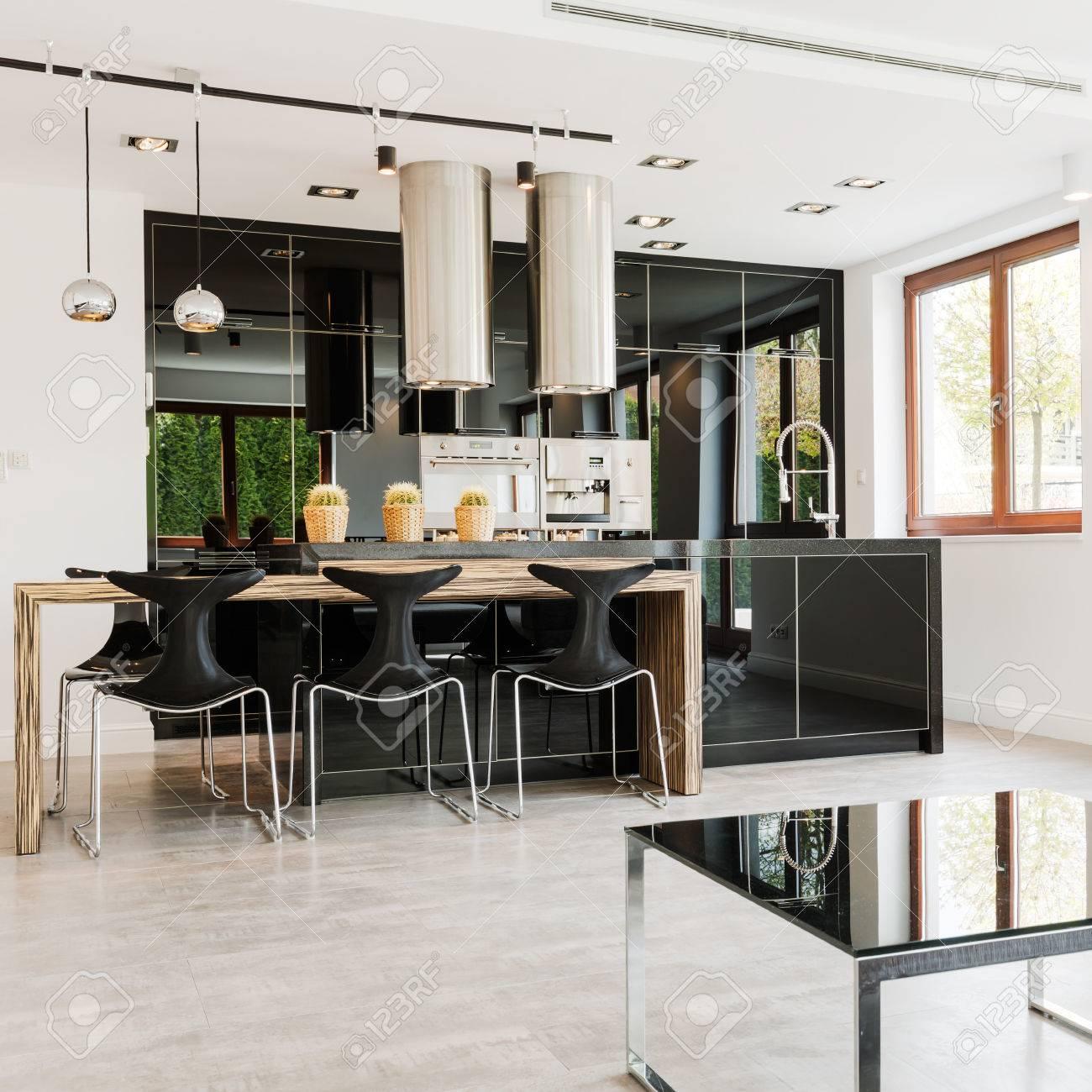 Offene Moderne Küche Mit Kücheninsel Aus Holz Und Hochglanz ...