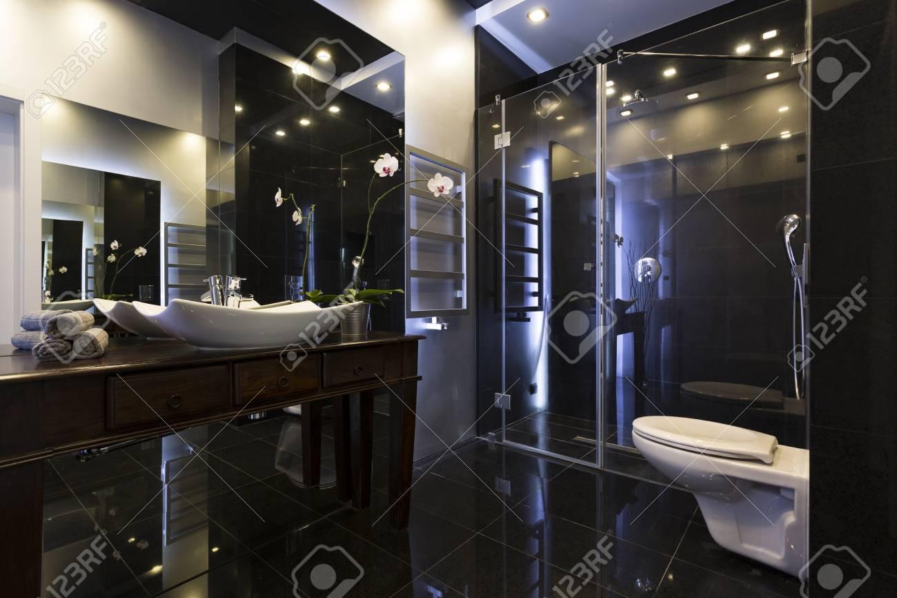 Luxuriöses Badezimmer Mit Dusche Und Dunklen Fliesen Lizenzfreie ...