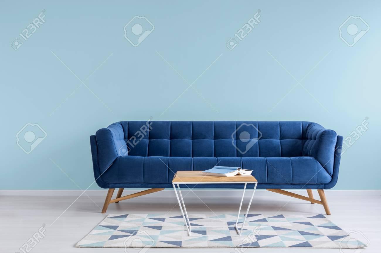 Décor Assez Simple De Salon Avec Canapé Bleu Et Mur Bleu Clair ...