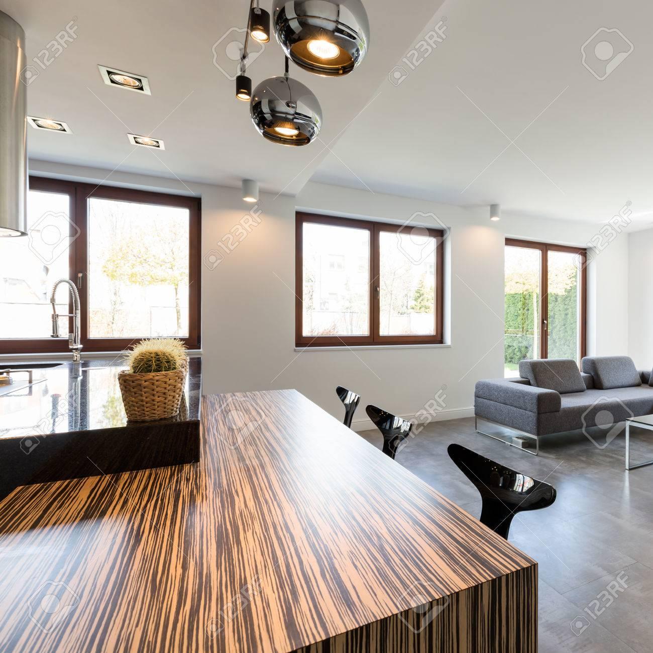 Salle à manger ouverte et salon dans un style scandinave avec îlot de  cuisine en bois