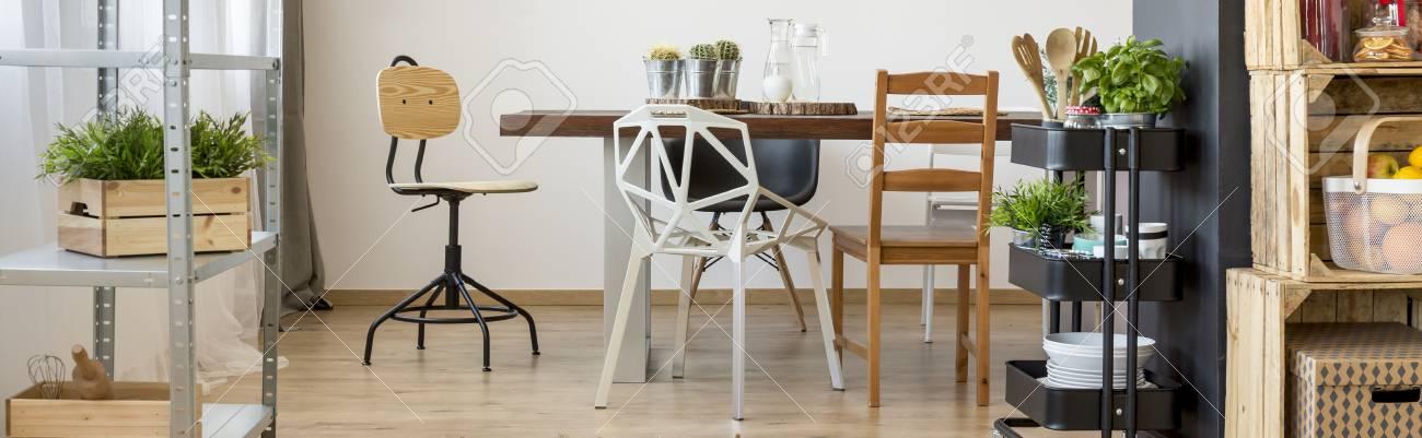 Mesa de madera grande en la habitación luminosa brillante comedor