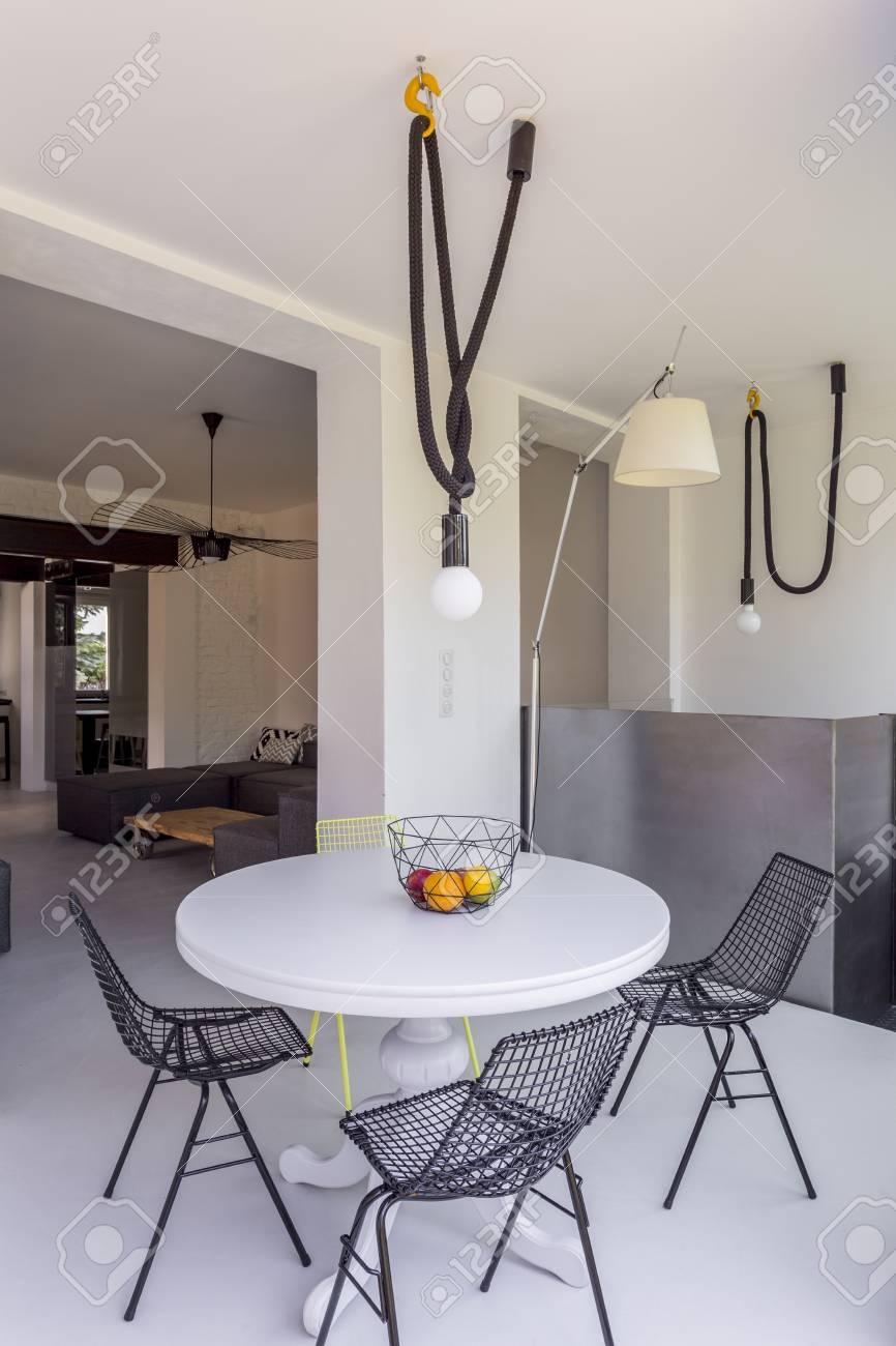 Mesa Redonda En Pequeño Comedor En Diseño De Loft Fotos, Retratos ...