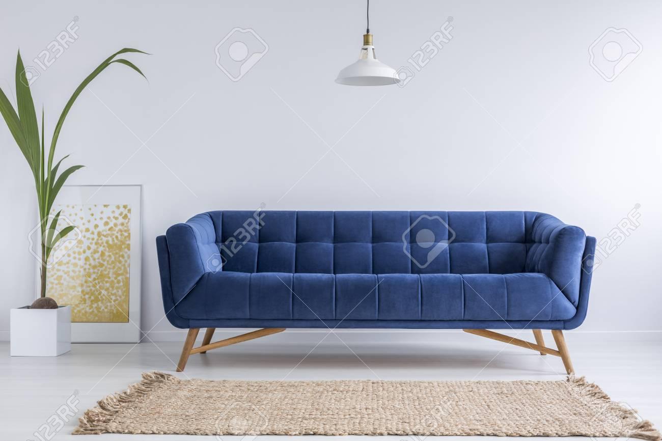 Blaues Sofa Und Wicker Teppich In Weisses Einfaches Wohnzimmer