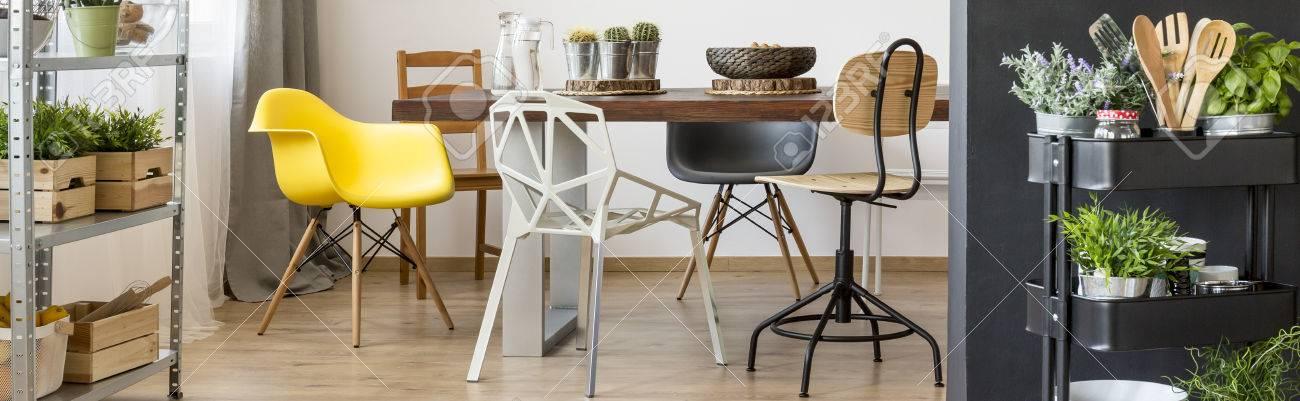 Gran mesa de madera de lujo en el salón de comedor moderno