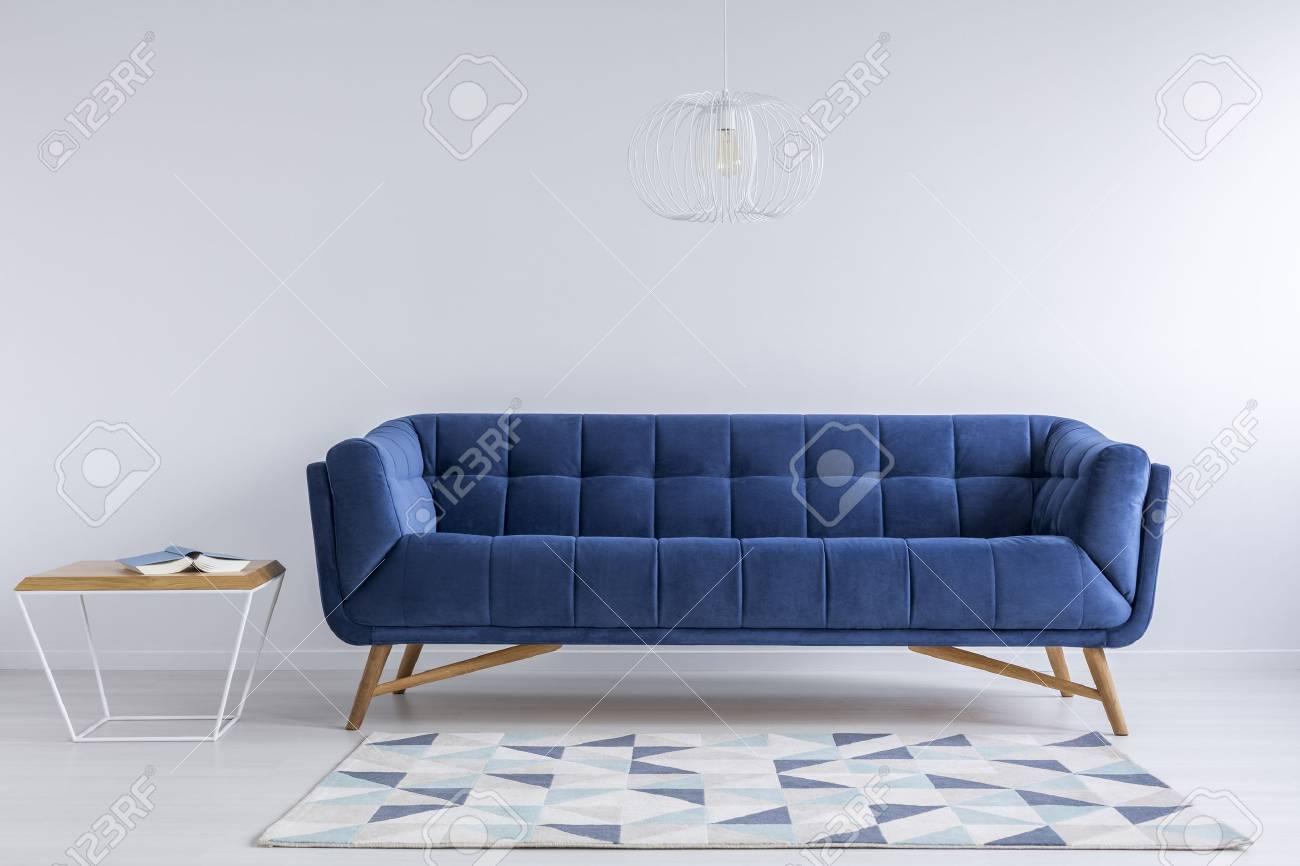 Bequeme Blaue Couch Und Holzerner Kaffeetisch In Der Einfachen