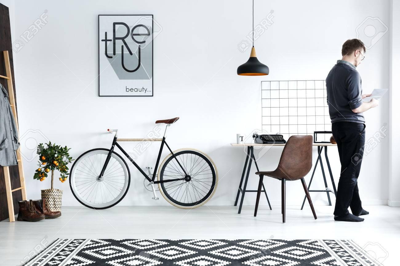 Intérieur moderne et blanc avec bureau, chaise, vélo, affiche Banque d'images - 78102322