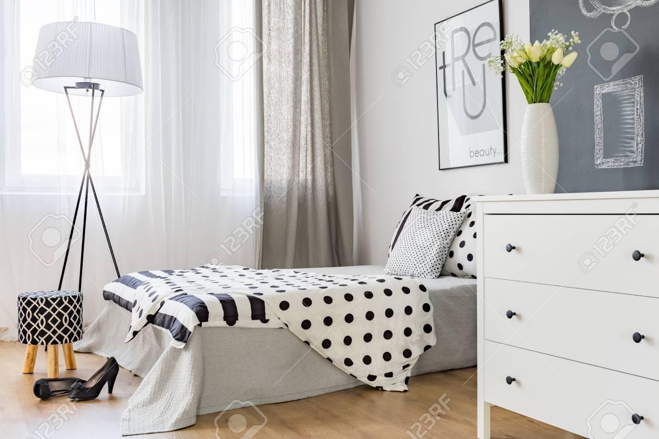 Chambre élégante Et Lumineuse De Femme Moderne Avec Un Décor élégant ...