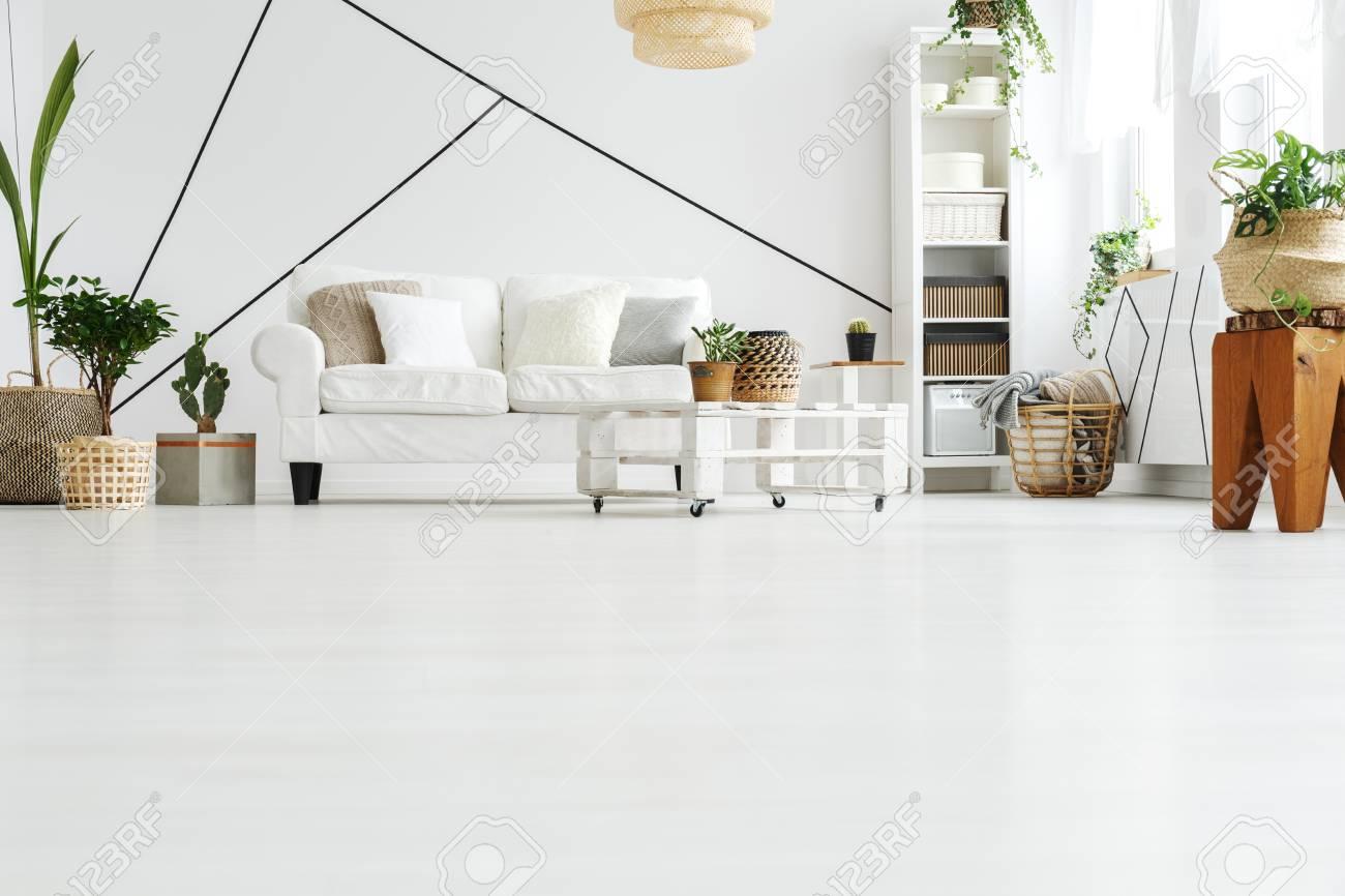 Amplia Sala De Estar Diseñada En Estilo Escandinavo Blanco