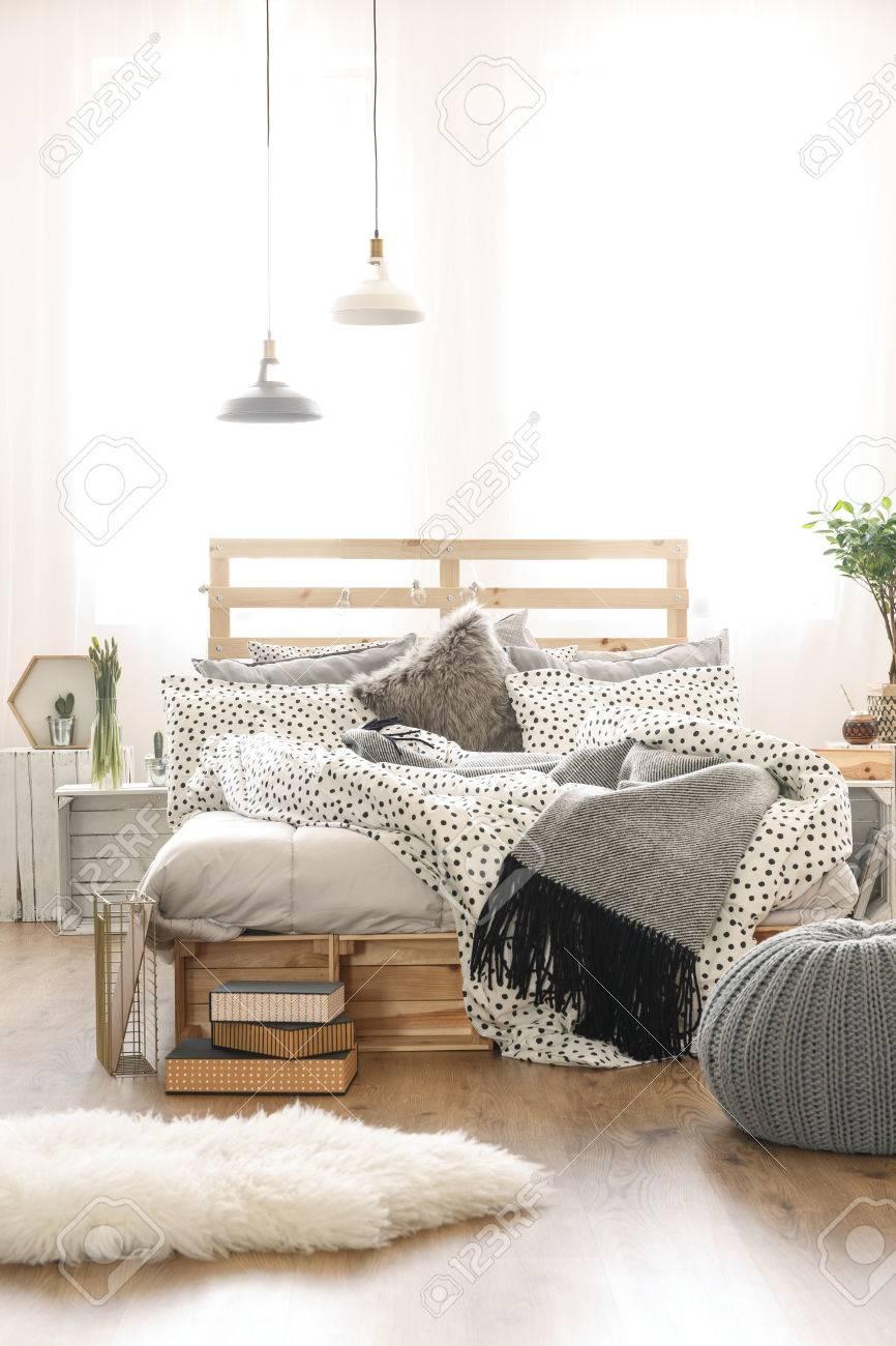 Holzbett Im Stilvollen Schlafzimmer Mit Grauem Zubehor Lizenzfreie