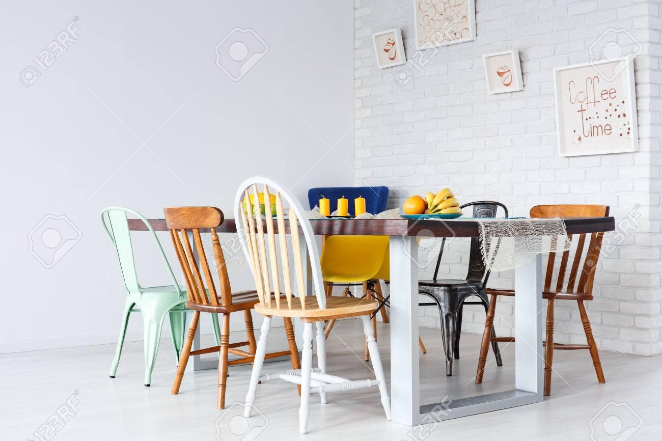 Diseño simple y actualizado de comedor con mesa y sillas de madera