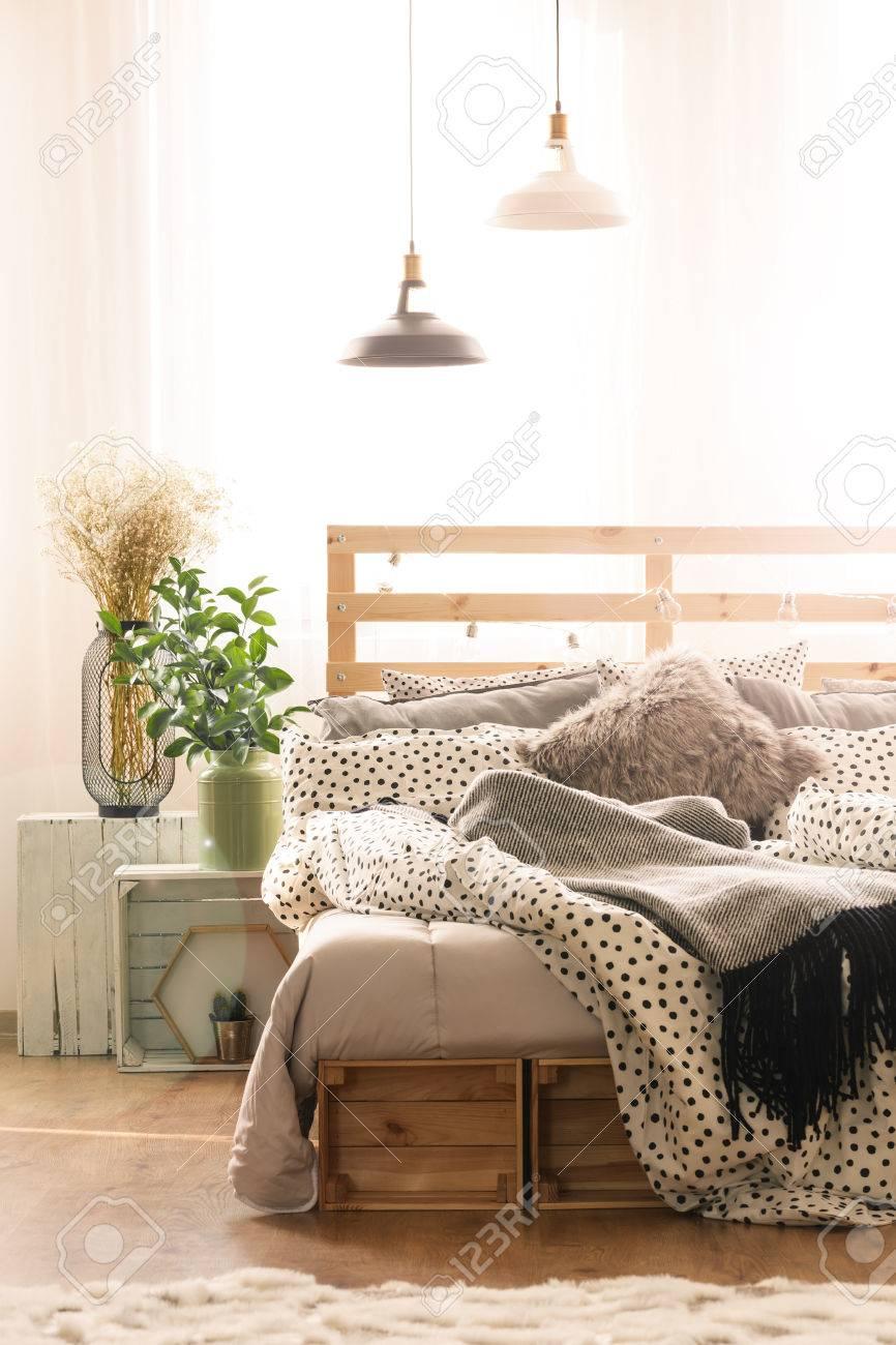 Intérieur de chambre à coucher confortable avec lit king-size, plantes et  lampes