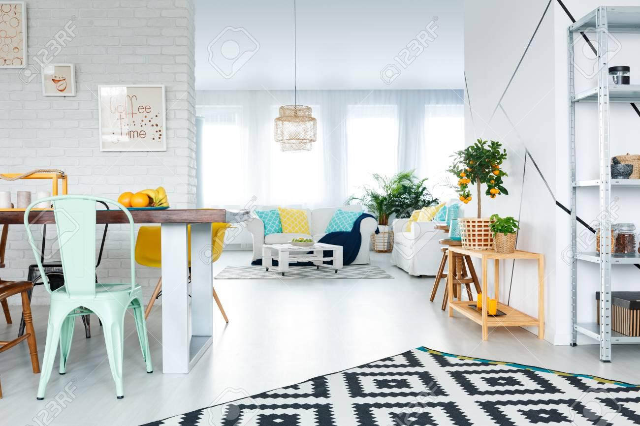 Comedor moderno conectado con el salón blanco amplia