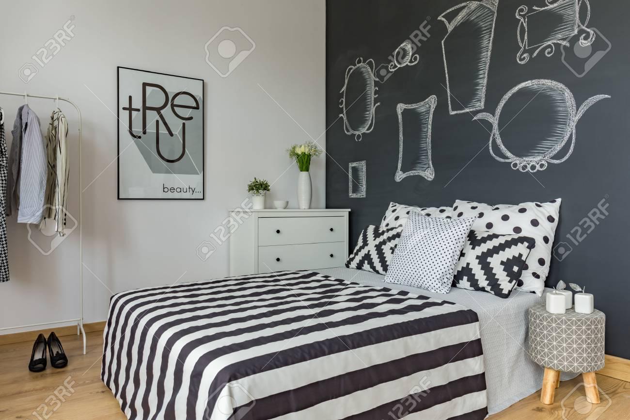 Dormitorio Minimalista Con Pared De Pizarra Una Decoracion En Blanco - Pizarra-decoracion-pared