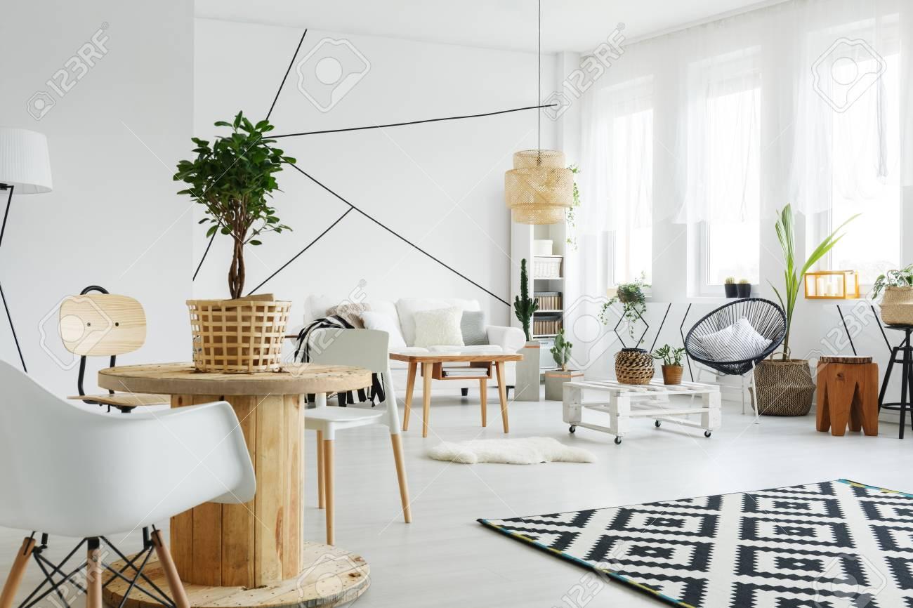 Sala De Estar De Estilo Escandinavo Con Muebles Blancos Y Decoración De Madera