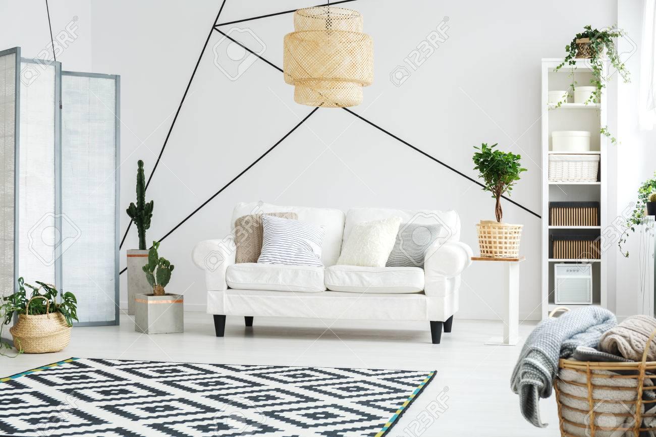 https://previews.123rf.com/images/bialasiewicz/bialasiewicz1705/bialasiewicz170500767/77982315-komfortabler-entspannungsbereich-mit-wei%C3%9Fem-sofa-im-gem%C3%BCtlichen-wohnzimmer.jpg