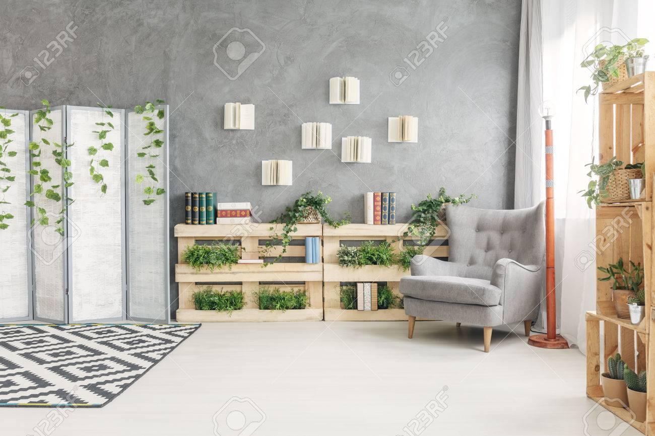 Gemütlicher Leseecke Mit Sessel Im Geräumigen Wohnzimmer Lizenzfreie