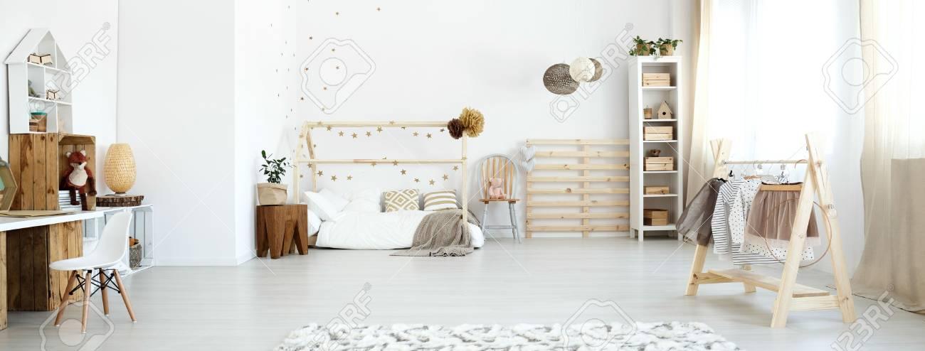 Chambre De Bébé Scandi Blanche Avec Accessoires En Bois Modernes ...