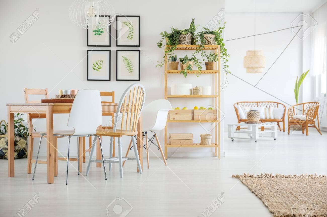 Habitación Blanca Con Mesa De Comedor De Madera, Sillas Y Estantería ...