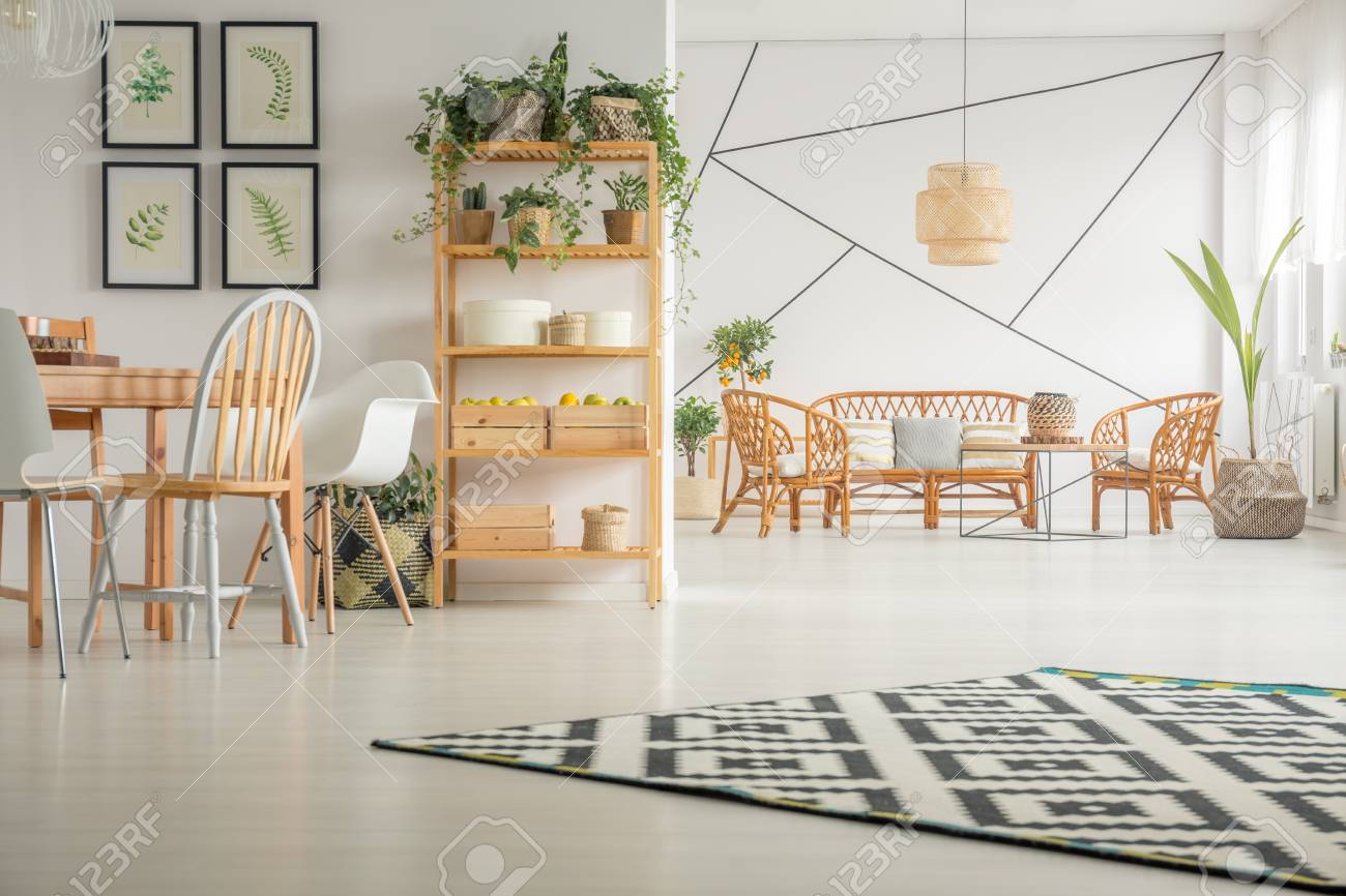 Table Chaise Salle A Manger.Salle A Manger Moderne Et Blanche Avec Table Chaise Et Bibliotheque